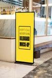 Åtlöje upp den vertikala affischtavlan som annonserar framdelen av baren royaltyfri bild