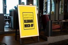 Åtlöje upp den vertikala affischtavlan som annonserar framdelen av baren royaltyfri foto