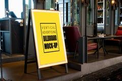 Åtlöje upp den vertikala affischtavlan som annonserar framdelen av baren arkivbilder