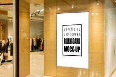 Åtlöje upp den vertikala LEDDE skärmen som annonserar på mode, shoppar royaltyfri fotografi