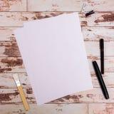 Åtlöje upp Formgivarehjälpmedel på sikt för träbakgrund för arbetstabell bästa royaltyfria foton