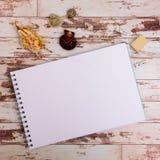 Åtlöje upp Formgivarehjälpmedel på sikt för träbakgrund för arbetstabell bästa arkivbilder