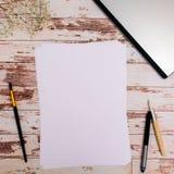 Åtlöje upp Formgivarehjälpmedel på sikt för träbakgrund för arbetstabell bästa royaltyfri foto