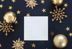 Åtlöje upp greetengkort på svart bakgrund med julpyntprydnader blänker snöflingor, struntsaker och guld- stjärnakonfettier fotografering för bildbyråer