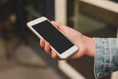 Åtlöje upp kvinna` s räcker den hållande vita smartphonen ställe för text, Arkivfoton