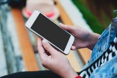 Åtlöje upp kvinna` s räcker den hållande vita smartphonen ställe för text, Royaltyfri Foto