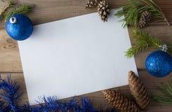 Åtlöje upp med kottar, julboll Arkivbild