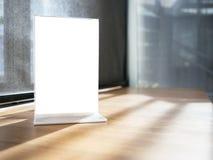 Åtlöje upp menyram på tabellen i restaurangkafé shoppar Arkivbild