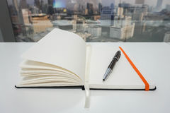Åtlöje upp notepaden för att ta minuter med den lyxiga pennan i regeringsställning Fotografering för Bildbyråer