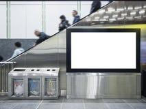 Åtlöje upp offentlig byggnad för Lcd-skärm med folk på rulltrappan Arkivbilder