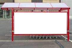 Åtlöje upp Punkt för retur för shoppingvagnar på en parkeringsplats nära supermarket Royaltyfri Bild