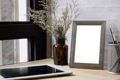Åtlöje upp samtida: Tomt ramfoto på wood skrivbordåtlöje upp på Arkivfoton