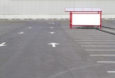Åtlöje upp Shoping spårvagnfjärd i en parkeringsplats nära supermarket Royaltyfria Bilder