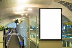 Åtlöje upp skärm för annonser för affischmassmediamall i rulltrappa för gångtunnelstation arkivfoto