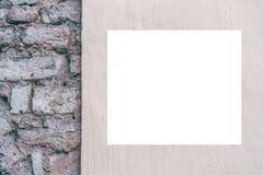 Åtlöje upp Tom affischtavla, affischram som annonserar brädet på tegelstenväggen royaltyfri fotografi