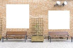 Åtlöje upp Tom affischtavla, affischramar som annonserar på tegelstenväggen nära träbänkar arkivbilder