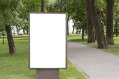 Åtlöje upp Tom affischtavla med kopieringsutrymme för din textmeddelande eller nöjda offentliga information i parkera arkivfoton