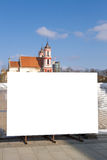 Åtlöje upp Tom affischtavla utomhus, utomhus- advertizing, bräde för offentlig information nära konstruktionsplats Royaltyfri Foto