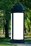 Åtlöje upp Tom kolonn för utomhus- advertizing utomhus, bräde för offentlig information i staden royaltyfri bild