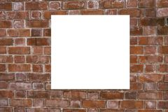 Åtlöje upp Tom vertikal affischtavla, affischramar som annonserar på tegelstenväggen arkivfoton