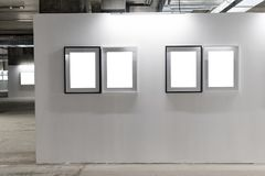 Åtlöje upp Tomma bildramar på den vita väggen Gallerivägg med inomhus tomma ramar Royaltyfri Bild