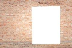 Åtlöje upp Tomma vertikala affischtavlor, affischramar som annonserar på tegelstenväggen arkivbild