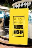 Åtlöje upp vertikal annonserande ställningsframdel av båste arkivfoton