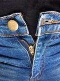 Åtsittande jeans kan inte knäppas och blixtlåset inte upp fotografering för bildbyråer