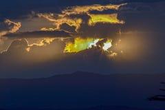 Åtskillig exponering av det nästan mörka slutet av en solnedgång arkivbilder