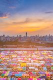 Åtskillig färgloppmarknad för flyg- sikt med efter solnedgånghimmelbakgrund royaltyfria foton