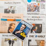 Åtskillig internationell presstidning med Emmanuel Macron Elec Arkivbild