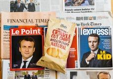 Åtskillig internationell presstidning med Emmanuel Macron Elec Arkivfoton