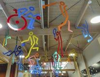 Åtskillig sportstructre som hänger från taket, symbol av mutisportmitten royaltyfri fotografi