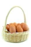 Åtskilliga ägg i en vit korg Royaltyfri Bild