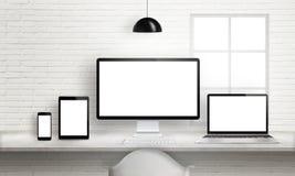 Åtskilliga apparater på kontorsskrivbordet för svars- webbplats planlägger presentation Arkivbild