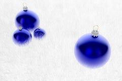 Åtskilliga blåa Baubles i päls Royaltyfri Foto