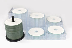 Åtskilliga buntar DVD/CD askar på ljus - grå bakgrund Royaltyfria Bilder