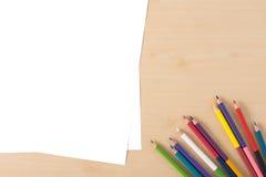 Åtskilliga färgblyertspennor på den wood texturtabellen Royaltyfri Foto