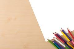 Åtskilliga färgblyertspennor på den wood texturtabellen Royaltyfri Fotografi