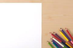 Åtskilliga färgblyertspennor på den wood texturtabellen Royaltyfri Bild