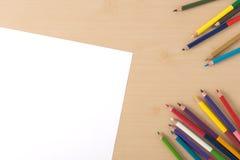 Åtskilliga färgblyertspennor på den wood texturtabellen Royaltyfria Bilder