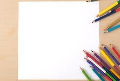Åtskilliga färgblyertspennor på den wood texturtabellen Fotografering för Bildbyråer