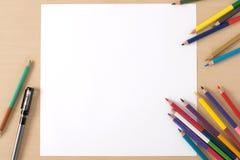 Åtskilliga färgblyertspennor på den wood texturtabellen Arkivbild