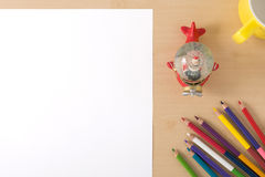 Åtskilliga färgblyertspennor på den wood texturtabellen med vitPA Arkivfoton