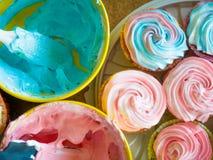 Åtskilliga färgrika utmärkt dekorerade muffin på en träbakgrund, en bästa sikt begreppet av hemlagad bakning och Arkivbild