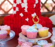 Åtskilliga färgrika utmärkt dekorerade muffin på en träbakgrund, på födelsedagberömmar begreppet av hemlagat Arkivbilder