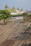 Åtskilliga järnvägsspår bak Yangon centraljärnvägsstation Arkivfoton