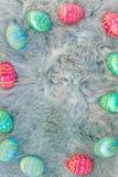 Åtskilliga kulöra påskägg på rosa, blåa och gröna ägg för päls, easter backgroung royaltyfria bilder
