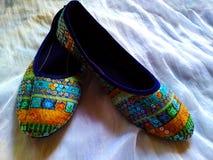 Åtskilliga kulöra skor planlägger med och indisk konst fotografering för bildbyråer