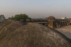 Åtskilliga kupoler på taket av den Begumpur moskén i Jahanpanah Arkivbild
